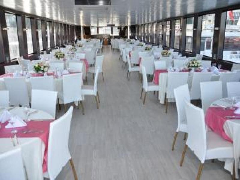 Нощен Босфор вечеря на кораб по Босфора.