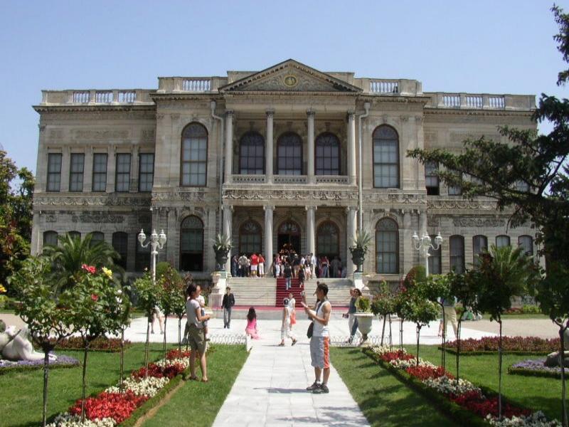 Посещение на новия султански дворец Долмабахче