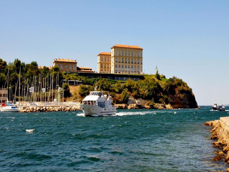 Плаване с корабче край Великолепната Барселона