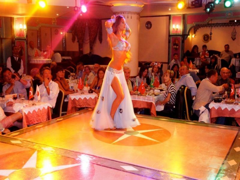 Вечеря в ресторант Гар Мюзик Хол с шоу програма