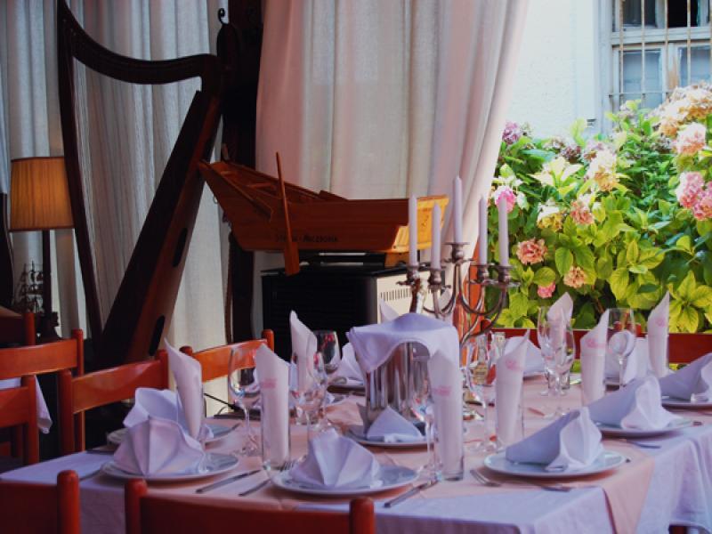Вечеря в традиционен местен ресторант с музика на живо