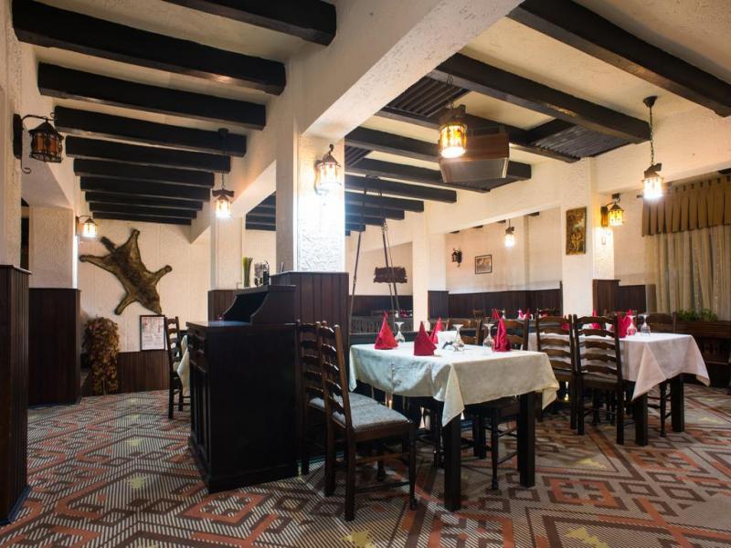 Вечеря в битов ресторант с традиционни румънски ястия  и музика на живо.