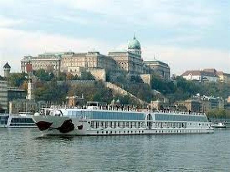 Плаване с корабче по река Дунав.
