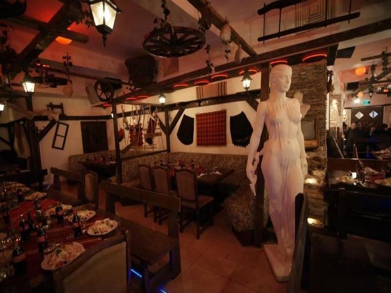 Вечеря в традиционна таверна с бузуки музика на живо.