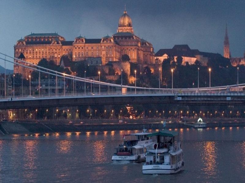 Нощно разходка с корабче по Дунав