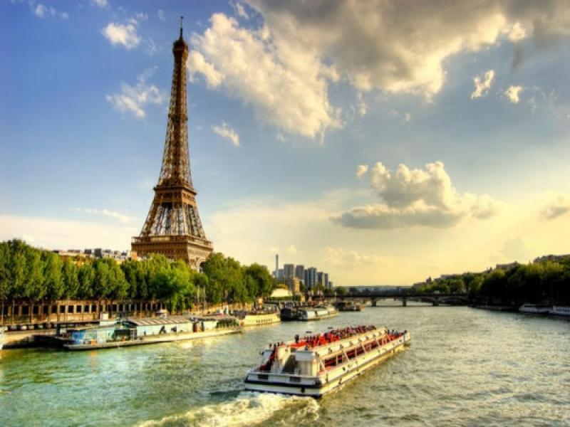 Разходка с корабче по река Сена.