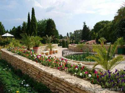 Дворецът в Балчик и крепостта в Бяла
