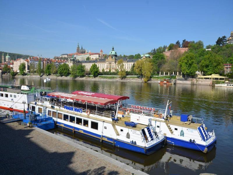 Кораб по река Вълтава с включена вечеря на блок маса- 25 евро